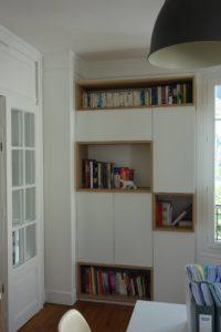 Bibliothèque en panneaux mélaminé blanc et niches en chêne